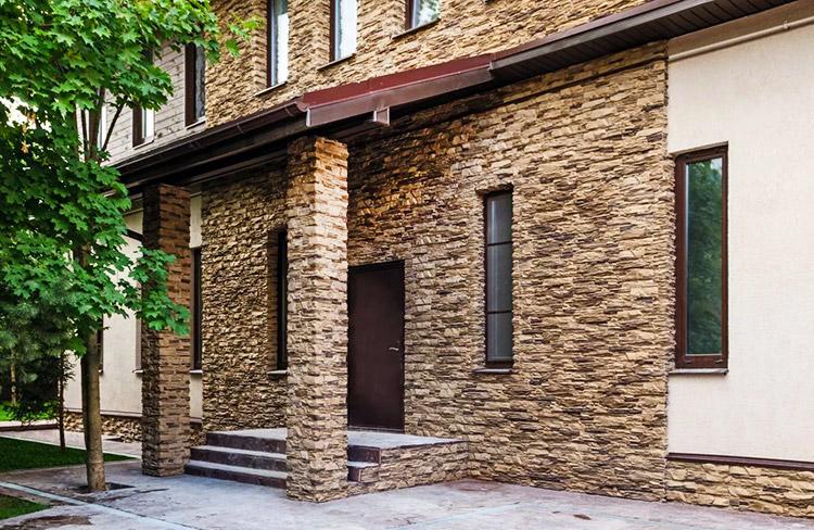 Фасад дома из декоративного камня