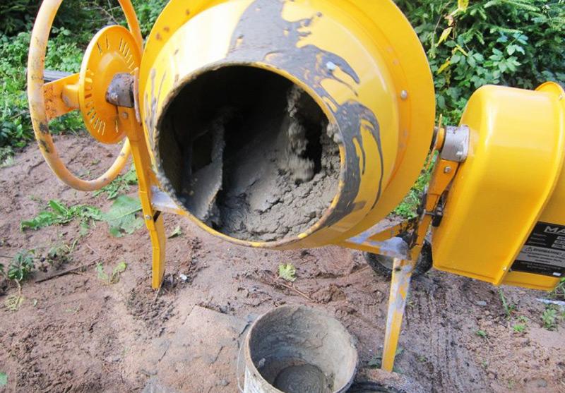 Замес цементного раствора для отмостки