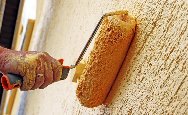 Покраска фасада, отделанного штукатуркой короед