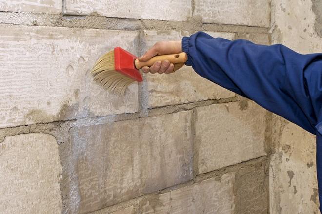 Грунтование поверхности стен