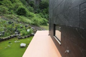Фасад из сланцевого камня