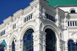 Фасад отделан стеклофибробетоном