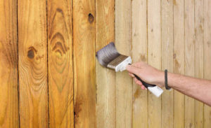 тонирование деревянных стен лаком