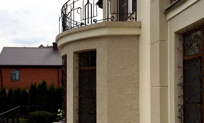 фасад со штукатуркой в историческом стиле