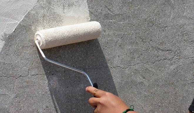 нанесение грунта на стены