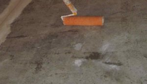 Нанесение грунта на бетон